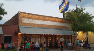 This Old-School Texas Restaurant Serves Chicken Dinners To Die For